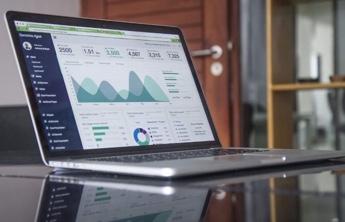 screen laptop showcasing seo analytics